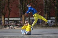 Breakdancing förehavanden, flickan och grabben på gatalekplatsen royaltyfria bilder