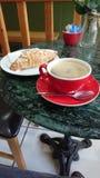 Кофе и круассан стоковая фотография
