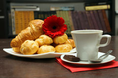Breakfast at the bookshelves Royalty Free Stock Image