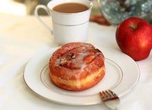 Breakfast Cinnamon bun and coffee Royalty Free Stock Images