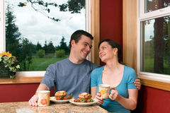 breakfast couple eating home smiling στοκ εικόνες
