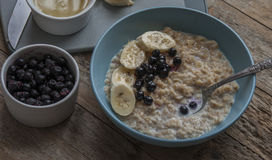 Breakfast: oatmeal with bananas and blueberries Royalty Free Stock Images
