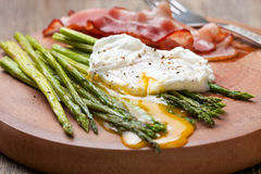 Breakfast: poached egg, baked asparagus Royalty Free Stock Photography
