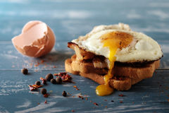Breakfast - sandwich with fried egg and bacon Stock Photos