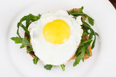 Breakfast toast with fried egg and arugula Royalty Free Stock Photos