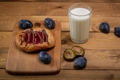 BreakfastCheesecake met jam en een glas melk en een paar slokjes stock afbeelding