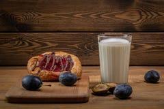 BreakfastCheesecake met jam en een glas melk en een paar slokjes royalty-vrije stock afbeeldingen