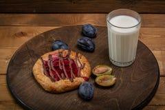 BreakfastCheesecake met jam en een glas melk en een paar slokjes stock afbeeldingen