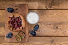 BreakfastCheesecake met jam en een glas melk en een paar slokjes stock foto