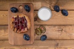 BreakfastCheesecake met jam en een glas melk en een paar slokjes stock fotografie