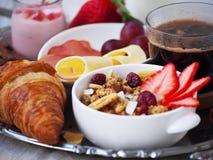 BreakfastCup de santé d'expresso de café avec le croissant et le fromage Photo libre de droits