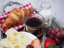 BreakfastCup de santé d'expresso de café avec le croissant et le fromage Photos stock