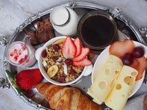BreakfastCup de santé d'expresso de café avec le croissant et le fromage Photographie stock libre de droits