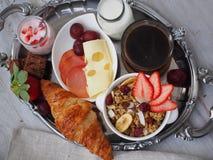 BreakfastCup de santé d'expresso de café avec le croissant et le fromage Photographie stock