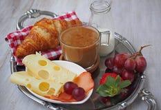BreakfastCup de santé d'expresso de café avec le croissant et le fromage Photos libres de droits