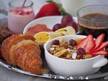 BreakfastCup de santé d'expresso de café avec le croissant et le fromage Images libres de droits