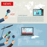 Breaking newsbanerhänder av journalister med mikrofoner Royaltyfria Bilder