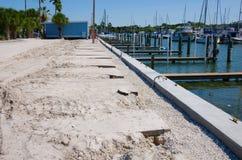 Breakwall de dock de marina et construction de parking Photographie stock libre de droits