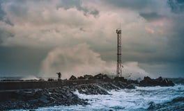 breakwater Vento e ondas enormes em Klaipeda imagens de stock royalty free
