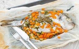 Bream που ψήνεται στο φύλλο αλουμινίου με τα λαχανικά Στοκ φωτογραφία με δικαίωμα ελεύθερης χρήσης