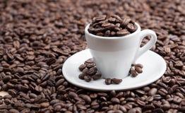 Breans roasted completos do café do copo cerâmico imagem de stock