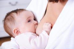 Breastfeding per il bambino appena nato Fotografie Stock Libere da Diritti