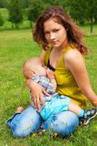 Breastfeeding i parken Arkivbild