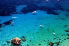 Breathtakig视图从上面在有透明水和白色小船的海 图库摄影