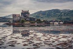 Breathtaking półmrok nad loch przy Eilean Donan kasztelem w Szkocja zdjęcia stock