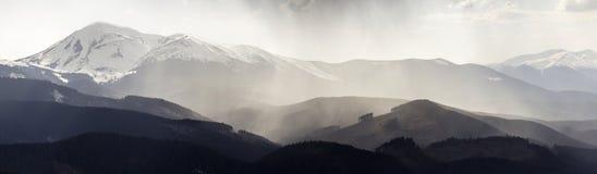 Breathtaking panoramiczny widok wspaniały mgłowy Karpacki moun zdjęcie royalty free