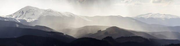Breathtaking panoramiczny widok wspaniały mgłowy Karpacki moun obraz royalty free