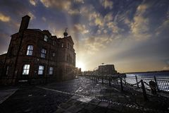 Breathtaking shot of a beautiful building near the sea in Liverpool during the sunset