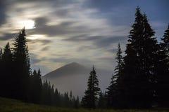 Breathtaking widok wspaniałe mgłowe Karpackie góry, cov zdjęcie stock