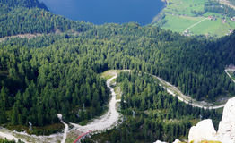 Breathtaking widok z wierzchu góry górska wioska i głęboki błękitny jezioro Fotografia Stock
