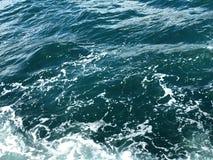 Breathtaking woda Woda i piana Zaciszność fale i unikalni piankowi odbicia obrazy stock