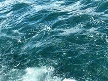 Breathtaking woda Woda i piana Zaciszność fale i unikalni piankowi odbicia zdjęcia royalty free