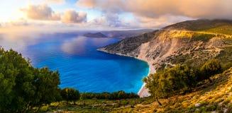 Breathtaking zmierzch nad najwięcej pięknego plażowego Myrtos, Kefalonia fotografia stock