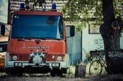 Brebu, Romania - 19 luglio 2012: Vecchio veicolo del fuoco in Brebu, piccolo villaggio nella regione sudoccidentale di Romania, B Fotografia Stock