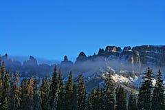 Brecciaklippor - snömist och moln som blåser av Royaltyfri Bild