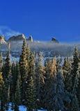 Brecciaklippor - snömist och moln som blåser av Arkivfoton