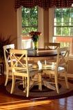 Brecha de café da manhã iluminada pelo sol de ajuste fotografia de stock royalty free