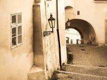 Brechas de Lesser Town em Praga Escadaria velha com lâmpada e túnel de rua Imagem do estilo do sepia do vintage Praga, checa fotos de stock royalty free