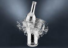 Brechen der Flasche mit Wasserspritzen Lizenzfreie Stockfotografie