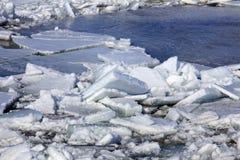 Brechen des Eises auf dem Fluss im Frühjahr Lizenzfreies Stockbild