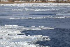 Brechen des Eises auf dem Fluss im Frühjahr Lizenzfreies Stockfoto