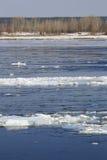 Brechen des Eises auf dem Fluss im Frühjahr Stockbilder
