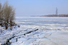 Brechen des Eises auf dem Fluss im Frühjahr Stockfotografie