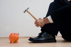 Brechen des Piggybank Lizenzfreie Stockfotos