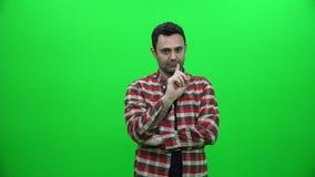 Brechen einer Zigarette auf grünem Schirm stock footage