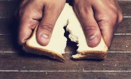 Brechen eines Brotes Stockfotos